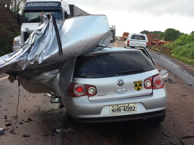 Colisão frontal entre veículo de passeio e carreta deixou dois mortos na BR-010 (Foto: Divulgação)