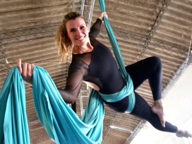 Professora se equilibra em tecido acrobático durante aula em escola de circo (Foto: Arlete Moraes/ G1 Campinas)