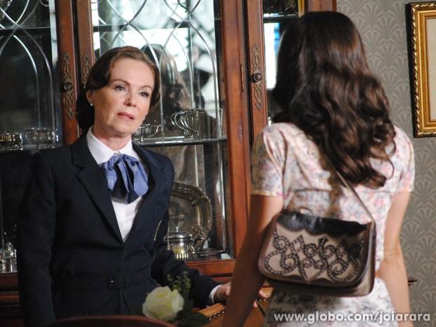 Pilar fica tensa ao ver Amélia entrar na joalheria (Foto: Joia Rara/TV Globo)