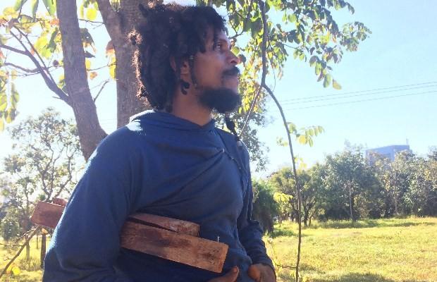 Marcelo vive em buracos a cerca de 300 metros do Paço de Goiânia (ao fundo), Goiás (Foto: Reprodução/ TV Anhanguera)