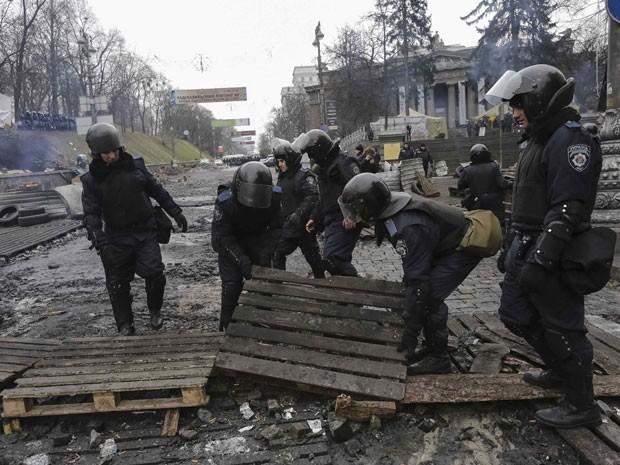 Polícia remove barricadas perto da prefeitura de Kiev neste domingo (16) (Foto: Konstantin Chernichkin/Reuters)