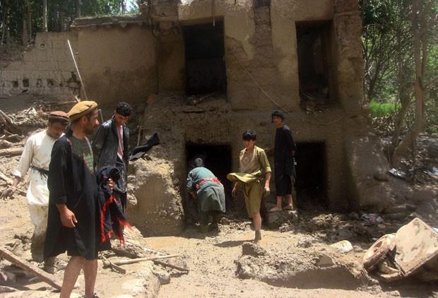 Equipes de resgate buscam por sobreviventes de enchente no Afeganistão neste sábado (7) (Foto: Zekria Nasire/AFP)