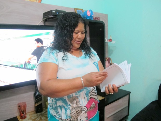 Mulher espera que o livro dê força para outras pessoas (Foto: Anna Gabriela Ribeiro/G1)
