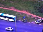 Dois ficam feridos em acidente entre motos e ônibus na Estrutural, no DF
