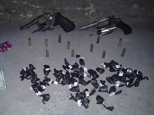 Material apreendido na ocorrência (Foto: Divulgação/Polícia Militar)