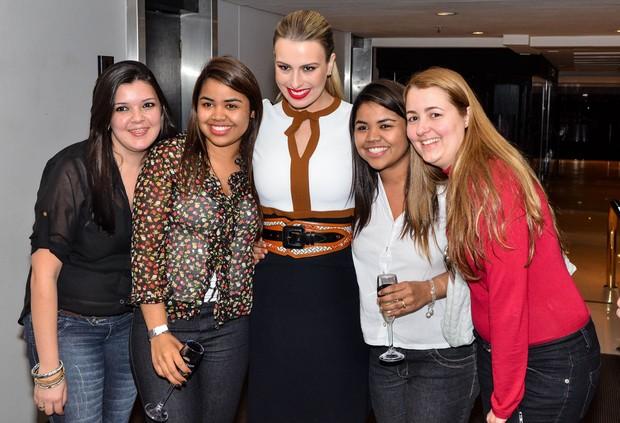 Fernanda e fãs (Foto: Caio Duran / AgNews)