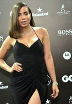 Anitta desfila vestido de brechó e joias poderosas em premiação no Rio