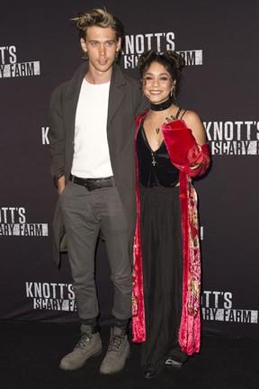Austin Butler e Vanessa Hudgens em festa em Buena Park, na Califórnia, nos Estados Unidos (Foto: Valerie Macon/ AFP)