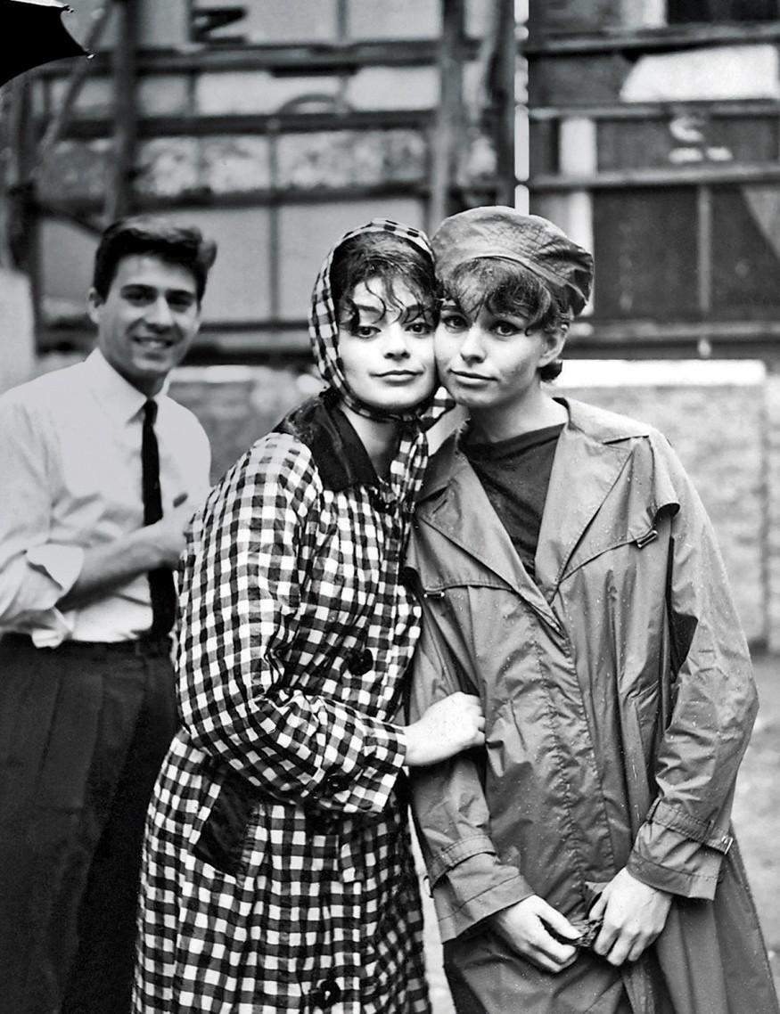 Bastidores de um editorial de moda para a Rhodia, de 1960, com o fotógrafo Otto Stupakoff (ao fundo) (Foto: Rhodia/ Divulgação)