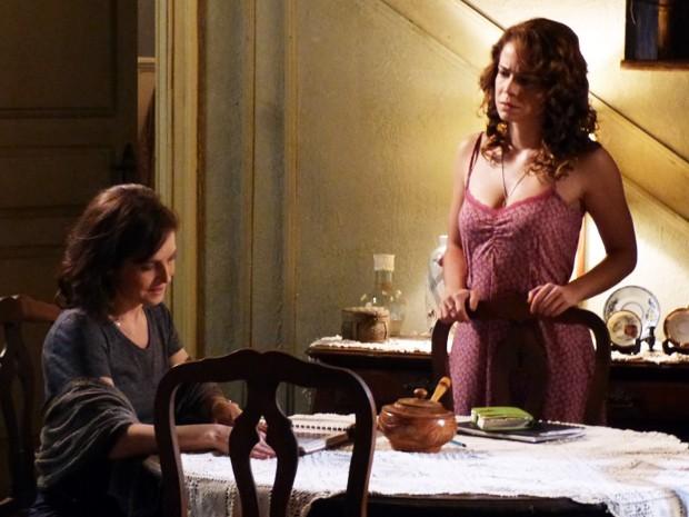 Cristina não quer que Cora conte novamente as histórias sobre sua mãe (Foto: Império/TV Globo)