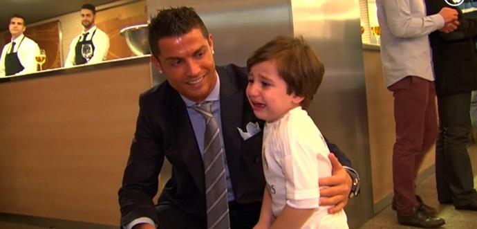 Cristiano Ronaldo e menino libanês Haidar (Foto: Reprodução / Real Madrid)