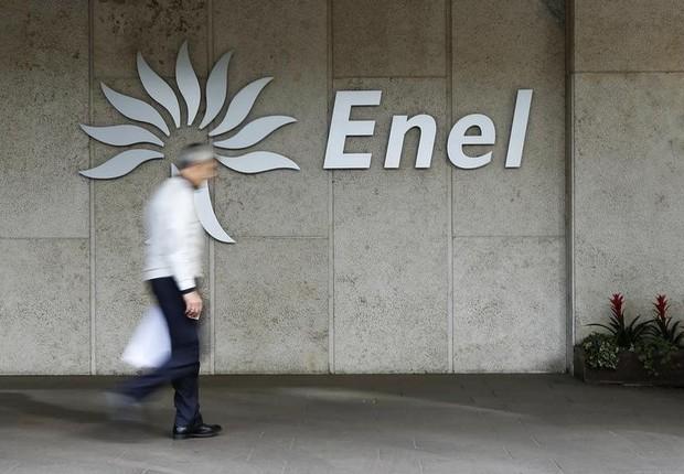 Homem passa diante do logo da companhia de energia italiana Enel (Foto: Tony Gentile/Reuters)