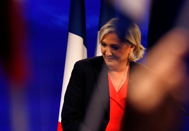 Le Pen reconhecendo a derrota (Foto: Pascal Rossignol/Reuters)