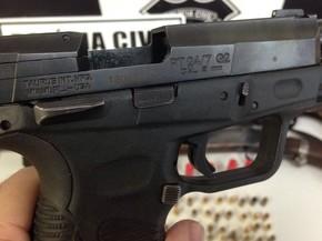 Pistola calibre .9mm, de uso restrito, apreendida com foragidos, em Itumbiara, Goiás (Foto: Divulgação/Polícia Civil)