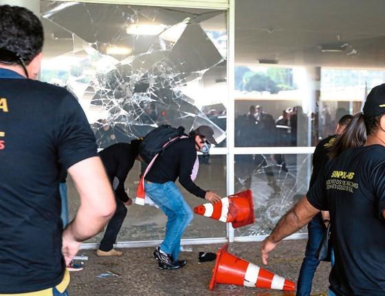 Vidraças da entrada da Câmara quebrada em protesto da polícia civil.A polícia legislativa interveio (Foto:  Pedro Ladeira/Folhapress)