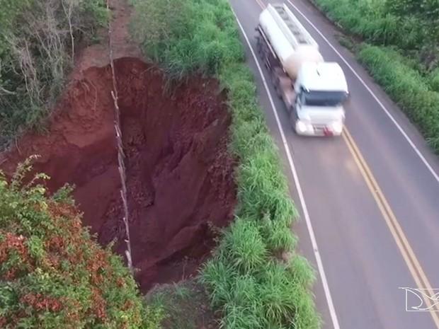 Trecho da rodovia em risco está situado próximo ao município de São Domingos do Maranhão (Foto: Reprodução/TV Mirante)