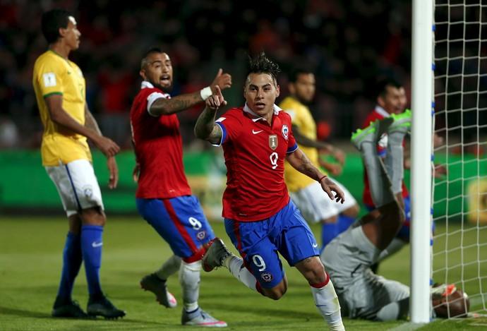 Vargas gol Chile x Brasil Eliminatórias (Foto: Reuters)
