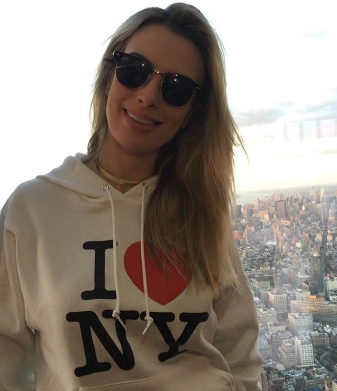 """""""I love NY"""": Fernanda Keulla fez questão de se declarar à Nova York com moleton tradicional (Foto: Divulgação)"""