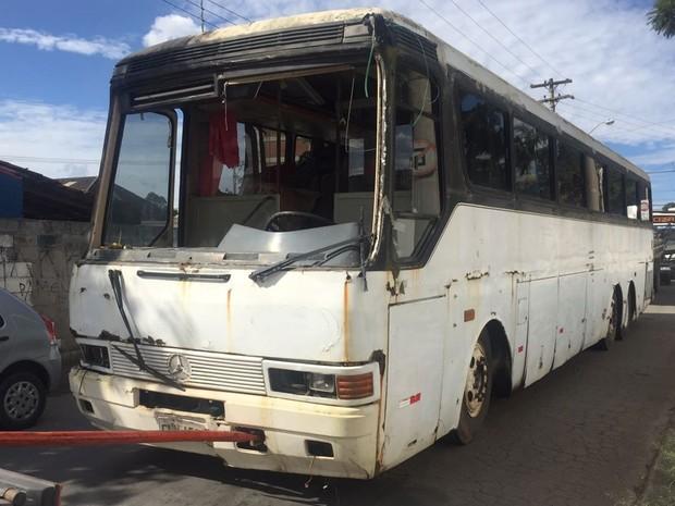 Ônibus bateu em poste na Ricieri José Marcatto, no distrito de César de Sousa, em Mogi das Cruzes (Foto: Willian Ruiz/TV Diário)