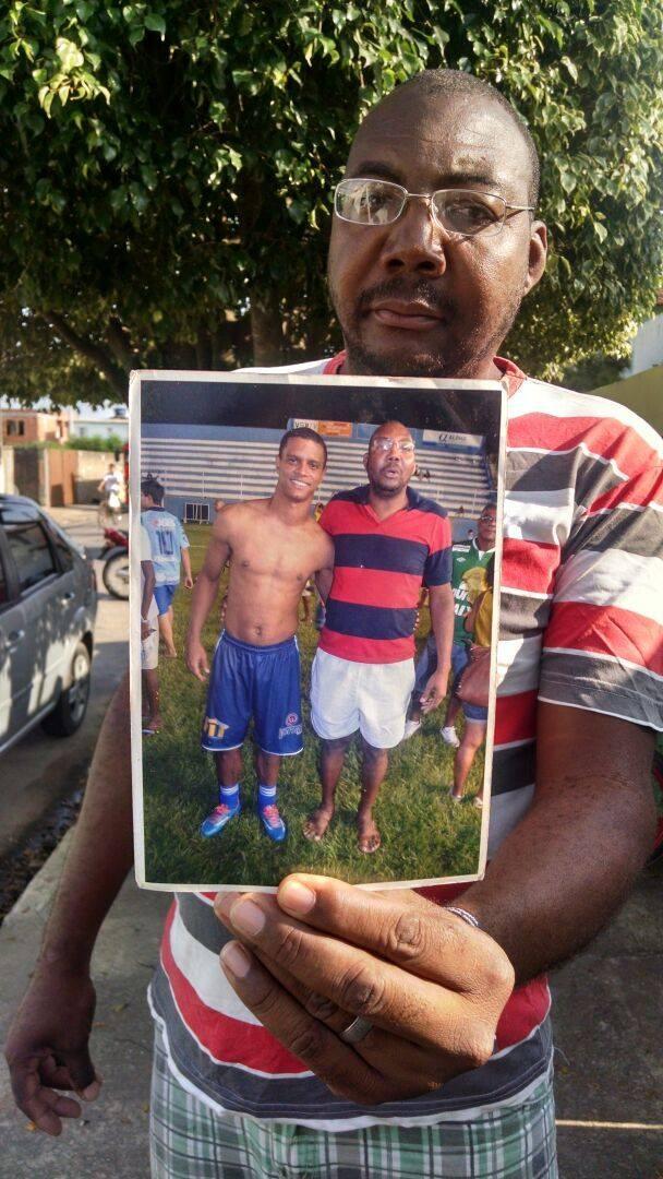Morador de Campos mostra a foto que tirou com Bruno  (Foto: Cleber Rodrigues/Inter TV)