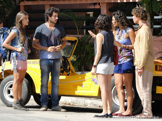 Taís leva Lino até Carol para impedí-la de ir embora (Foto: Flor do Caribe / TV Globo)