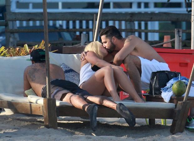 Latino troca beijos com namorada na praia Jéssica Rodrigues  (Foto: Agnews)