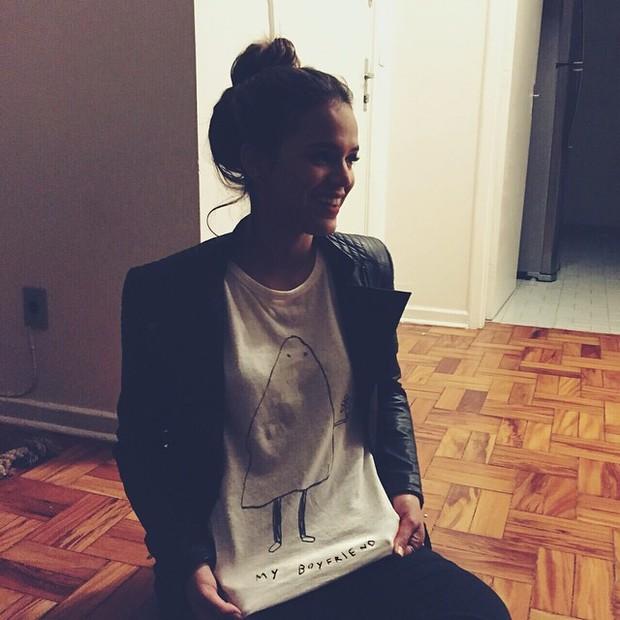 Bruna Marquezine exibe camisa divertida (Foto: Instagram/ Reprodução)
