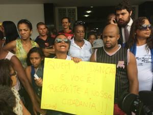 Mãe de DG leva cartaz a velório (Foto: Daniel Silveira / G1)