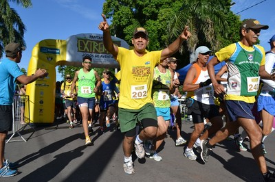Momento da largada da corrida de trilha na praça Generoso Ponce (Foto: Hélder Rafael)
