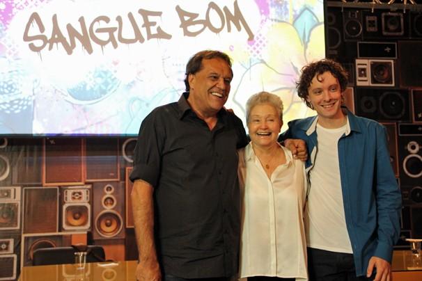O diretor Dennis Carvalho com os autores, Maria Adelaide Amaral e Vincent Villari (Foto: Ana Carolina Reis/Globo)