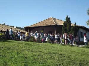 Moradores foram ao enterro para se despedir do menino  (Foto: Heitor Moreira)