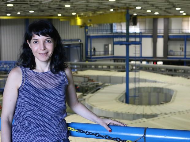 Cristiane Rodella, pesquisadora, junto a acelerador de partículas do LNLS (Foto: Divulgação/LNLS)