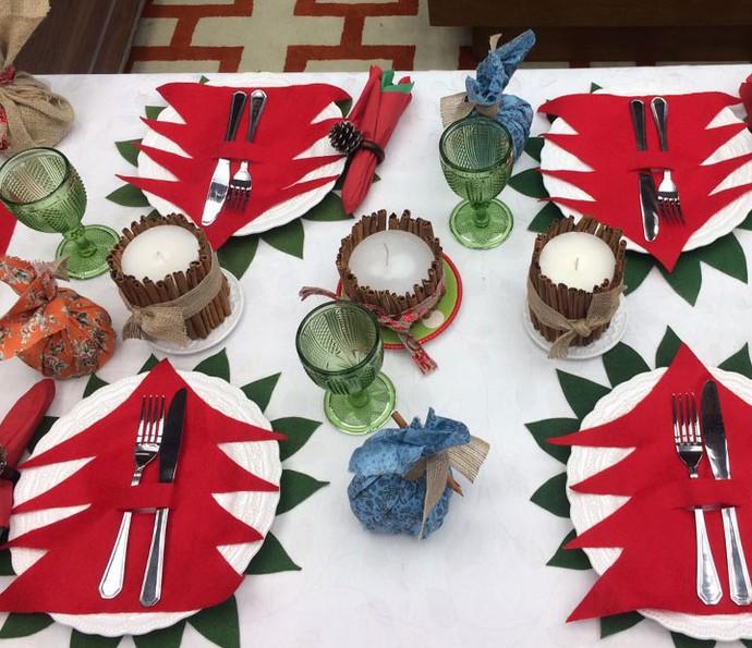 Mesa de Natal decorada dá um charme maior para a ceia (Foto: Paula Oliveira / Gshow)
