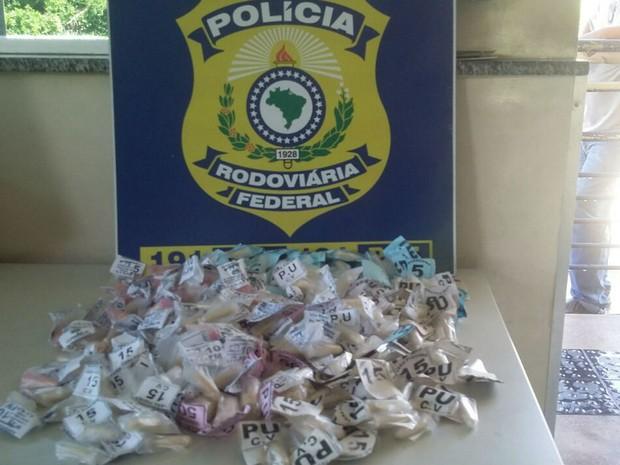 Drogas foram apreendidas com passageiro de ônibus pela PRF Leopoldina  (Foto: Polícia Rodoviária Federal/Divulgação)