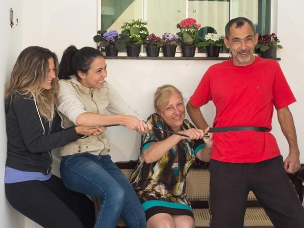 Família disse que fez 'mais furos no cinto' para pagar as contas do mês (Foto: Flávio Moraes/G1)