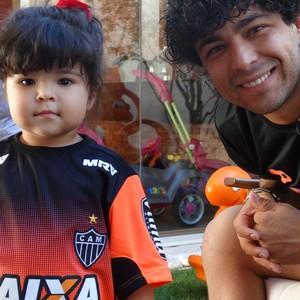 Luan, atacante do Atlético-MG e a filha Lara (Foto: Fernando Martins Y Miguel)
