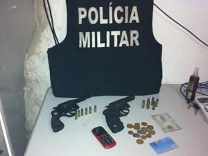 Polícia apreendeu duas armas e munições com a dupla de assaltantes em Itapororoca, PB (Foto: Capitão Alberto Filho/Divulgação)