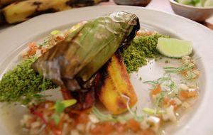 Peixe assado na folha de bananeira servido com farofa de couve