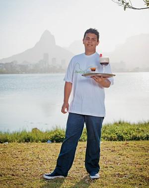 """OS BONS DRINQUES Édipo Luiz Ribeiro, que faz curso de bartender. """"A palavra de ordem é agradar ao turista, e eu saio ganhando para o resto da vida"""" (Foto: Zô Guimarães/ÉPOCA)"""