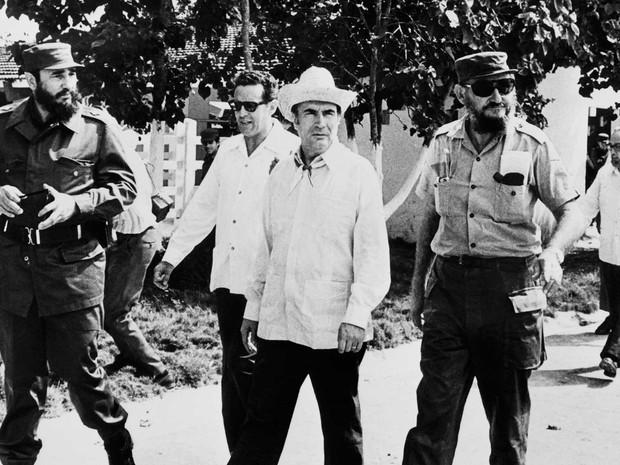 Foto de arquivo mostra o então chefe do Partido Social francês,  François Mitterrand (Centro), eleito em 1981 como primeiro presidente socialista da França, o líder cubano Fidel Castro (esquerda) e seu irmão mais velho, Ramon Castro, em Havana em dezembro (Foto: AFP Photo)