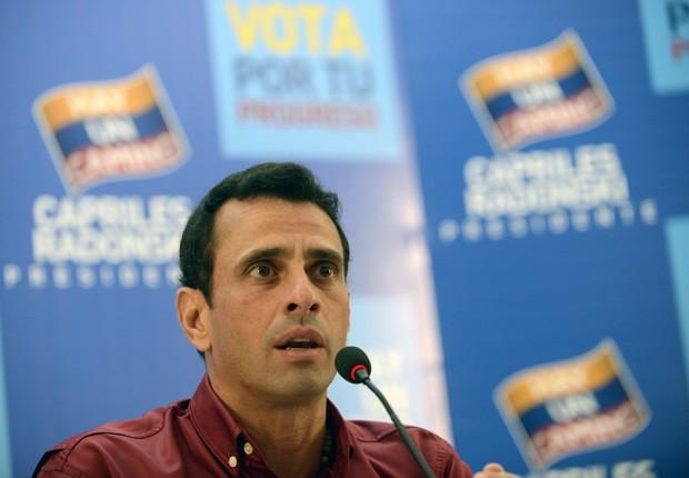 O opositor Henrique Capriles fala durante entrevista coletiva nesta terça (7), em Caracas (Foto: Juan Barreto / AFP)