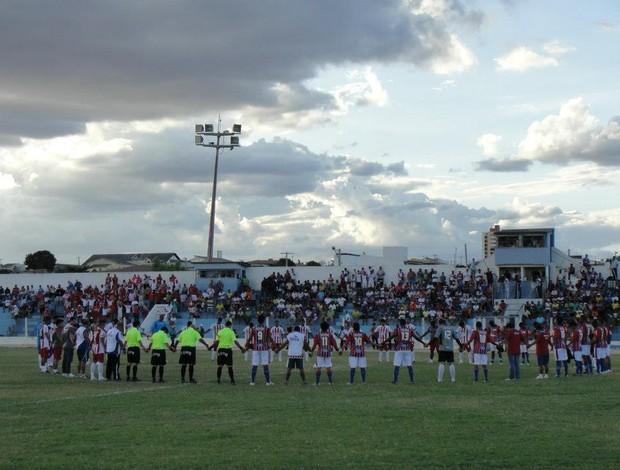 Jogadores de Potyguar e Potiguar de Mossoró rezam em homenagem a Neto Maranhão (Foto: Josivan Varela/Divulgação)
