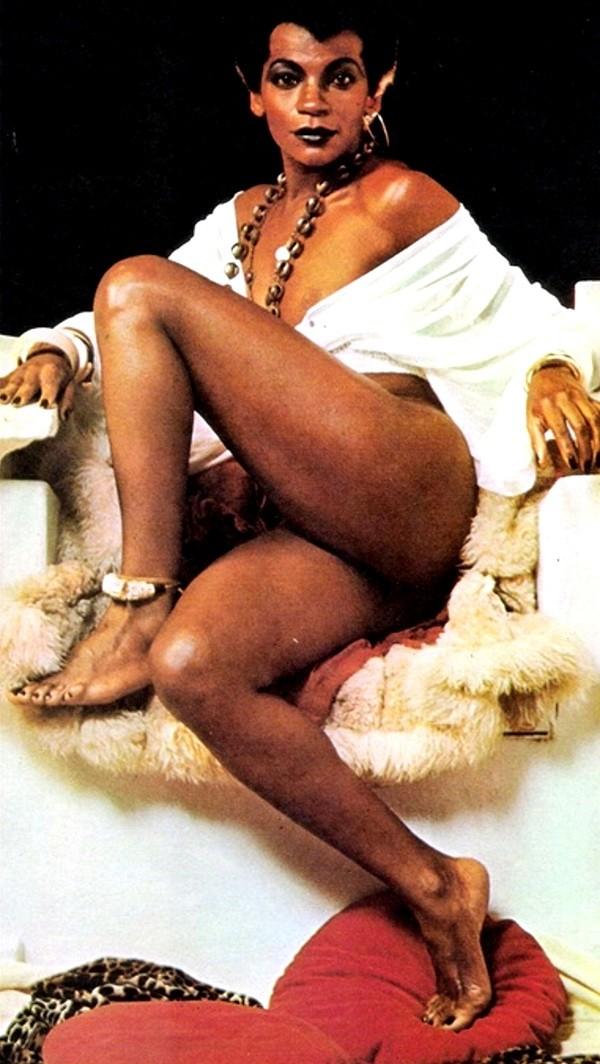 Zezé Motta nos anos 1970, quando lançou moda no Rio ao pintar as unhas de preto (Foto: Antonio Guerreiro )