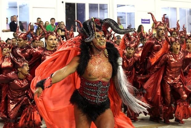 Casais simula o sexo (Foto: Claudio Andrade / Ego)
