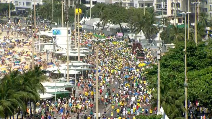 Passeata sai do Posto 5, em Copacabana, com muitos manifestantes vestidos de verde e amarelo