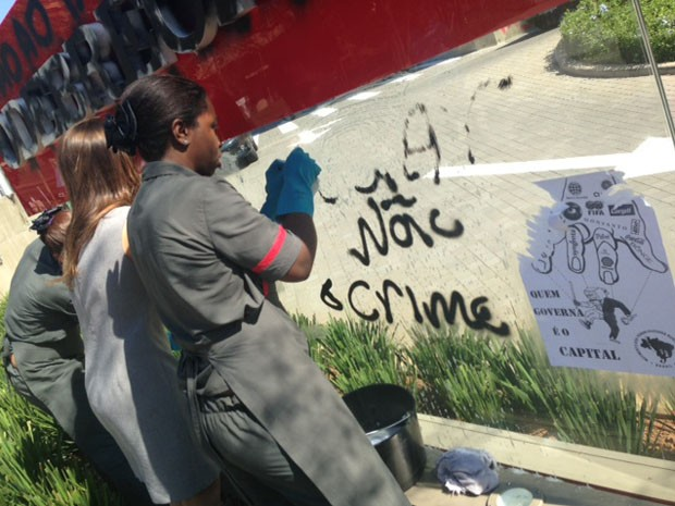 Manifestantes picharam fachada da Odebrecht (Foto: Kléber Thomaz/G1 São Paulo)