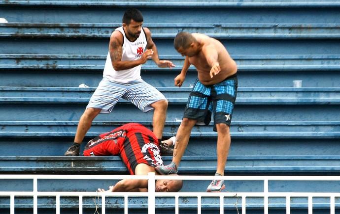 confusão torcida Atlético-PR e Vasco jogo (Foto: Joka Madruga / Agência Estado)
