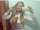 Dani Vieira posa para selfie com decote ousado