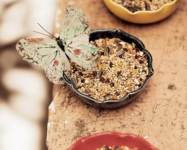 Mais graça Potinhos para petiscos – ou até mesmo os de comida de passarinhos – ganham encanto com esse enfeite de borboleta. Combine as cores dos potes com a das borboletas para trazer mais alegria ao ambiente.  (Foto: Elisa Correa/Editora Globo)