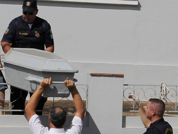 Corpo é retirado da residência nesta terça-feira, em Rafard (Foto: Tulio Ricardo Darros dos Santos/VC no G1)